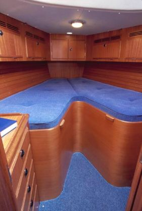 http://www.scancharter.com/wp-content/uploads/boats/9860_HR40-forwardcabin[1].jpg